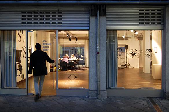 Illustrationen an den Fenstern von Lisa-Sophie Winklhofer und Robin Klengel. esc medien kunst labor. Foto: Bettina Landl