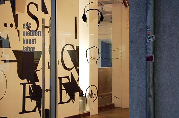 LÄRM IST DAS GERÄUSCH DER ANDEREN - Kurt Tucholsky, Risograph, tortuga. Illustration am Fenster von Lisa-Sophie Winklhofer. esc medien kunst labor. Foto: Bettina Landl