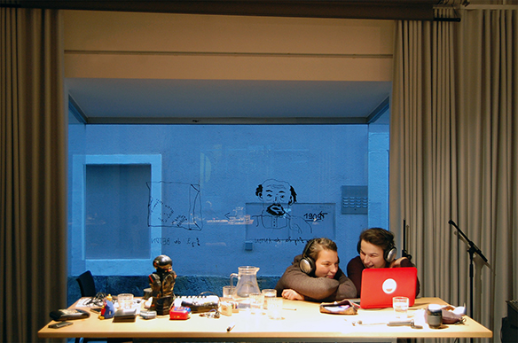 19.12.2015 Nach dem Lärm-Instrumente-Bastel-Workshop. Illustration am Fenster von Nikolaus Feinig. esc medien kunst labor. Foto: Bettina Landl