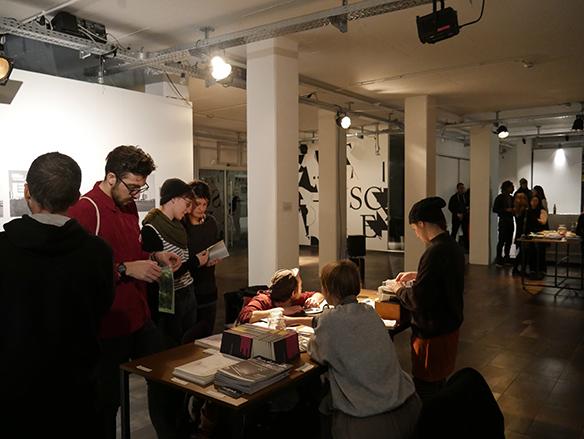 Bücher- und Zine-Tisch zum Lesen, Anschauen, Tauschen und Herzeigen von Heften, Zines, Zeitschriften etc. esc medien kunst labor. Foto: Peter Venus