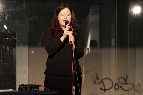 15.12.2015 Voice-Performance: Irina Karamarkovic macht Lärm für Geflüchtete. esc medien kunst labor. Foto: Peter Venus