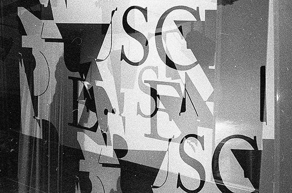 Lärm-Cover an der Wand. Lärm ist das Geräusch der anderen (Kurt Tucholsky, Risograph, tortuga)