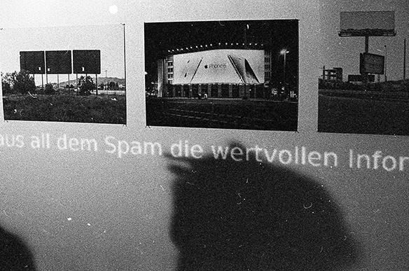 Ausstellungsansicht: Fotos und Projektion von Martin Grabner